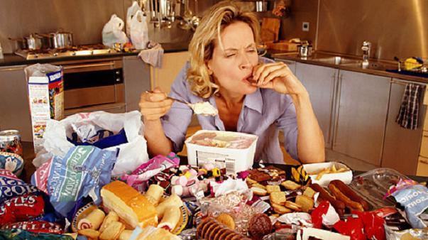 la hormona estrógeno puede disparar específicamente las neuronas cerebrales que producen serotonina para inhibir los atracones de comida en ratones hembra