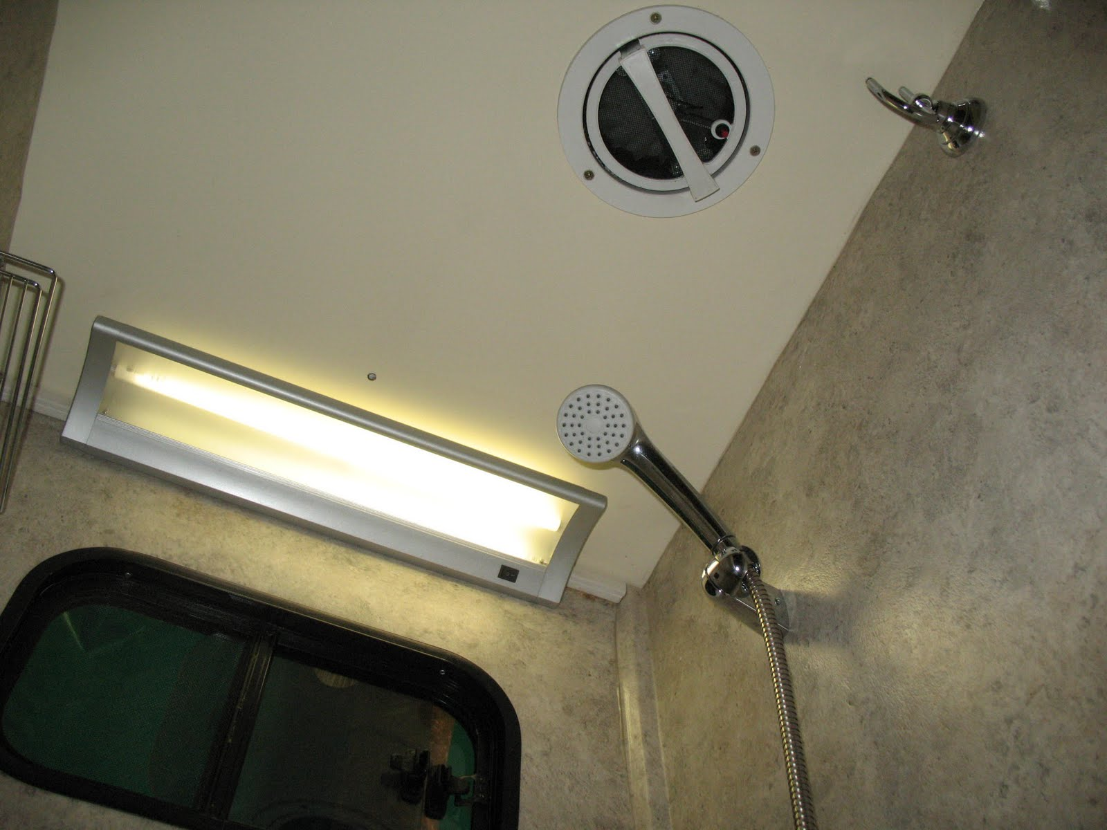 Puertas Para Baños De Vapor: de iluminacion, en ambos baños, ducha FV y extractor de vapor