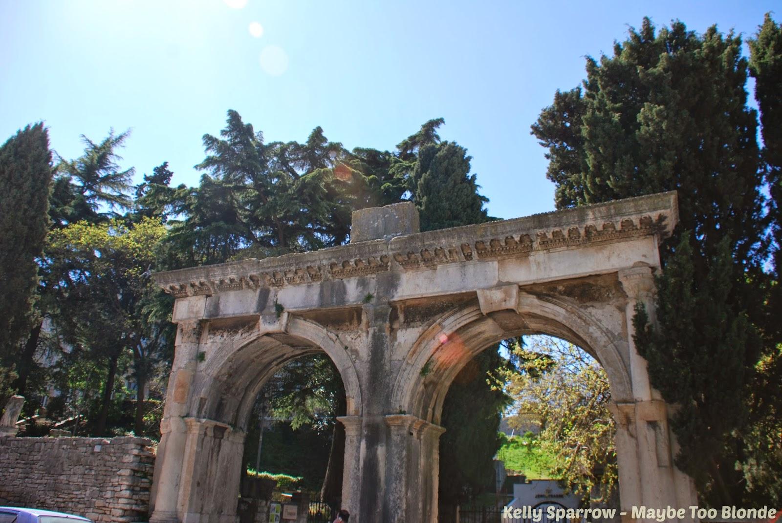 Porta Gemina, Pula