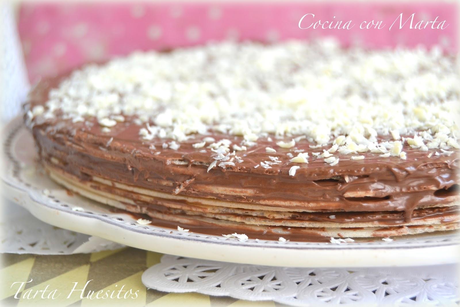 Tarta Huesitos con nocilla o nutella, crema de cacao y avellanas. Fácil, rápida y casera. Ideal para hacer con niños.