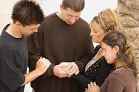 0016_familia-orando