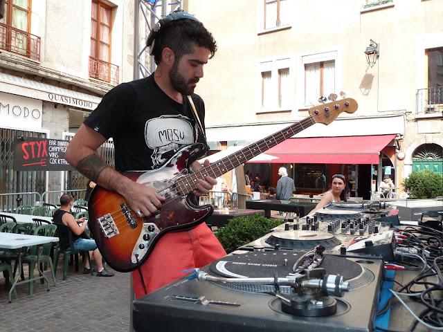 DJ e Produtor Felipe Kojake se apresenta nas ruas de Grenoble, França