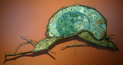 création d'une mosaïque en forme d'escargot vert avec branches de vigne pâte de verre faïence  par mimi vermicelle