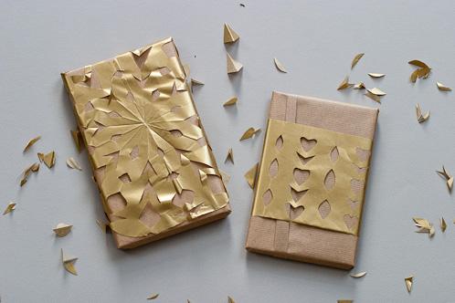 Geschenke einpacken mit Scherenschnitt und goldenen Schneeflocken - mat&mi