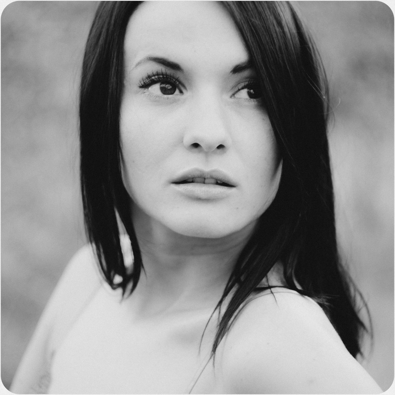 Portret czarno-biały z brzozami. fot. Łukasz Cyrus