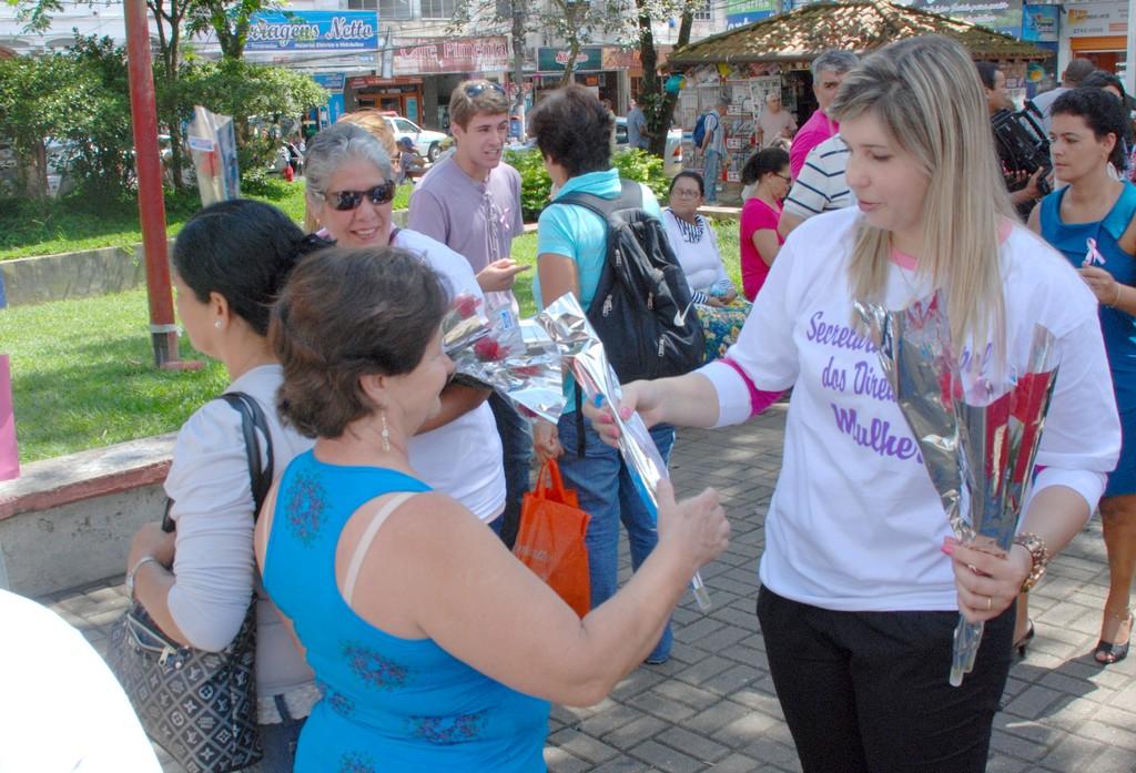 Primeira-dama, Alessandra Rosa, distribui flores às mulheres