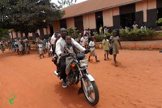 I bambini tornano a casa da scuola, Noepé, Togo, Africa