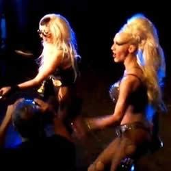 Lady Gaga e Drag Queen cantando juntas