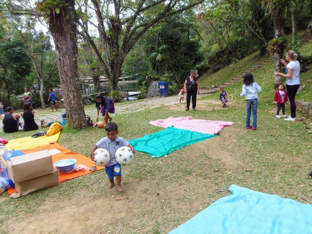 Alunos, funcionários e responsáveis da Creche Municipal Amor Perfeito aproveitam um sábado letivo no Parque Nacional da Serra dos Órgãos