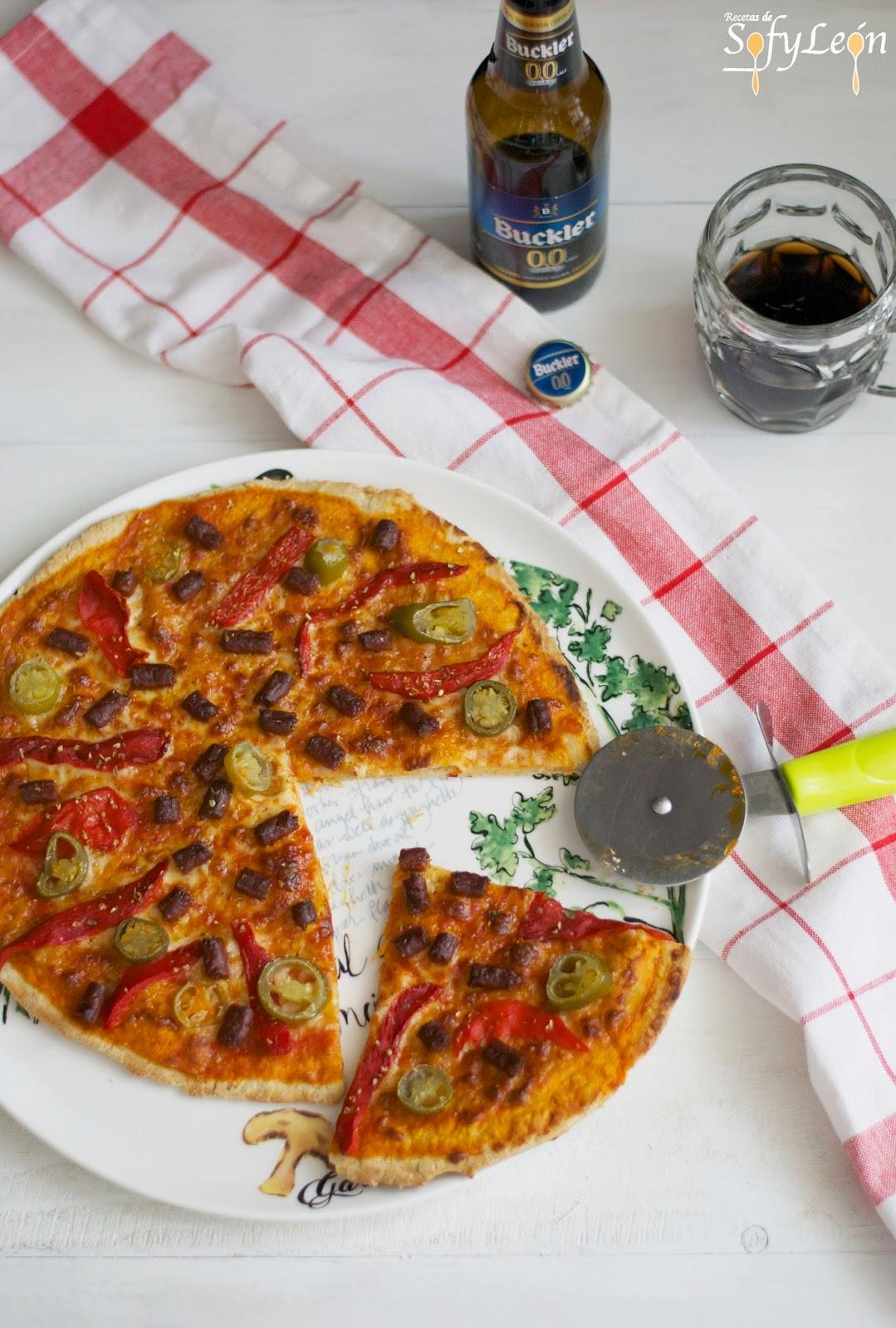 Receta de pizza con chorizo y jalapeños.