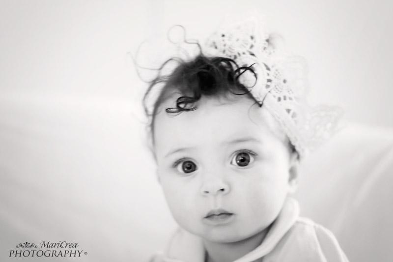 ritratto di bambina in bianco e nero