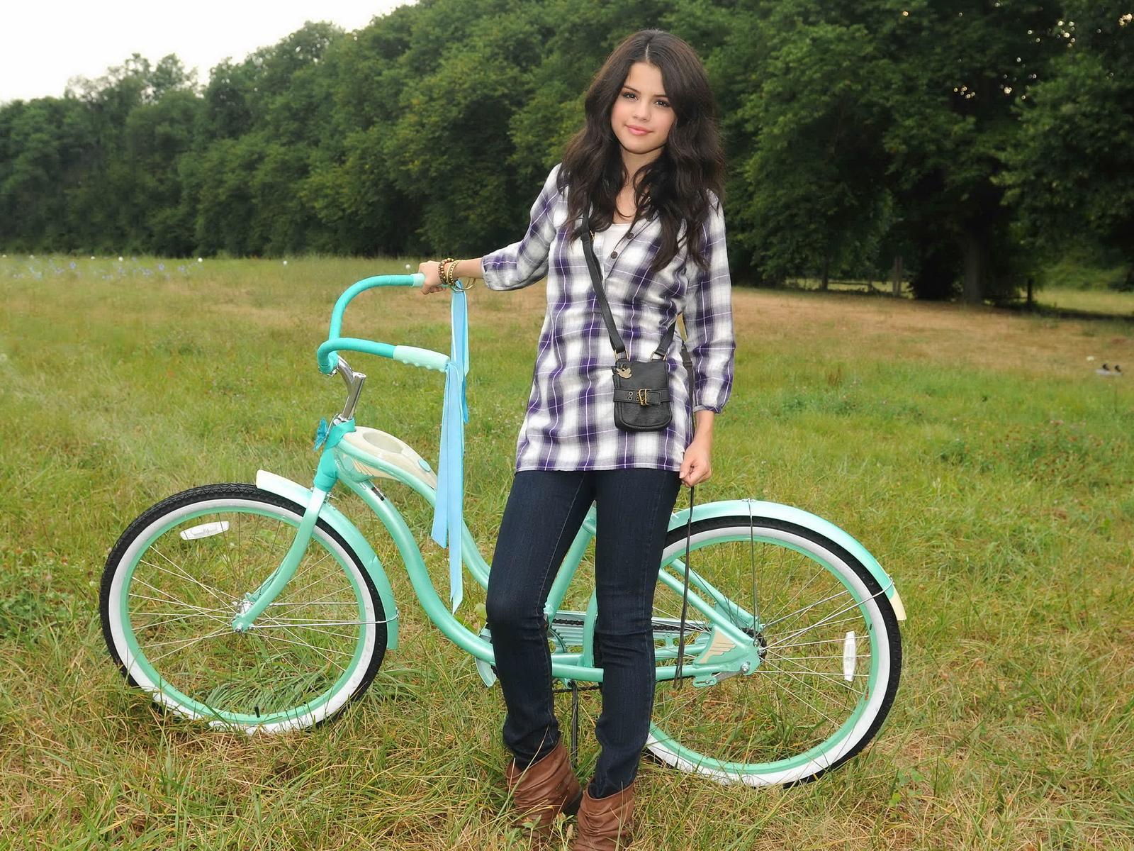 http://3.bp.blogspot.com/-mpAtYt8ReLo/TteylnacpHI/AAAAAAAAAOA/s7e09WXh2kY/s1600/Selena+Gomez+07.jpg