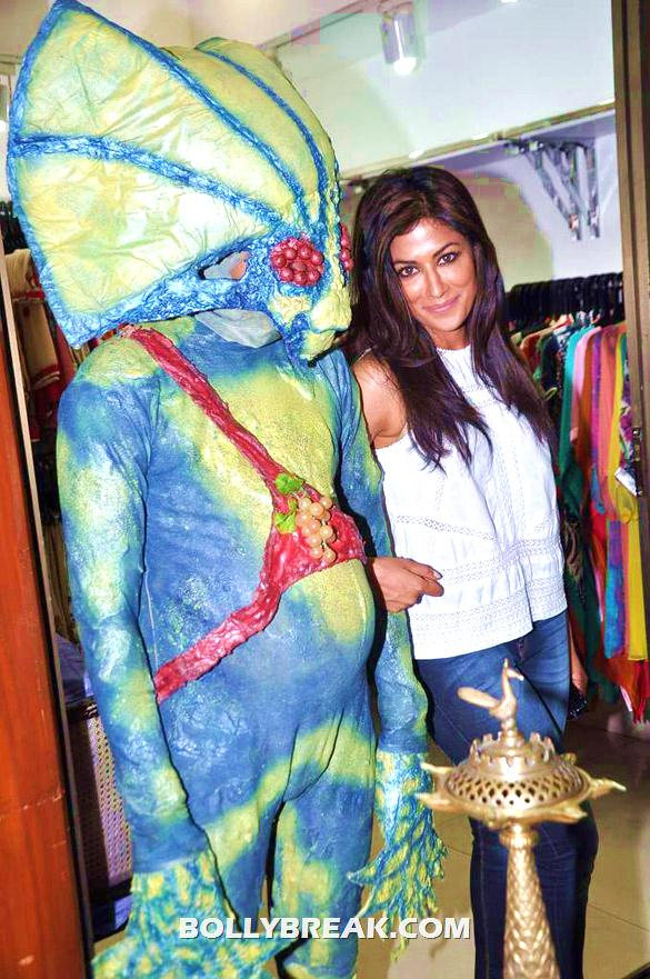 Chitrangda Singh standing with alien - Chitrangda Singh promoting new movie Joker