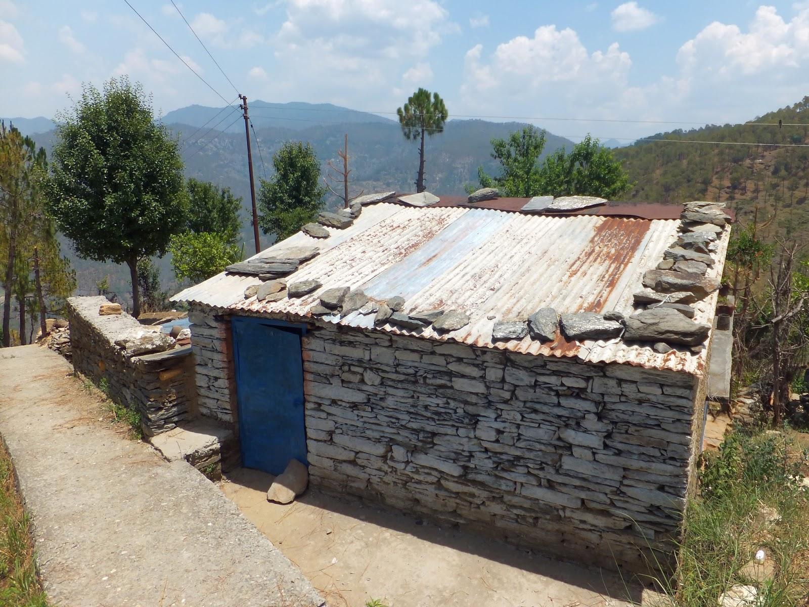 крыша дома в Индии укрепленная камнями