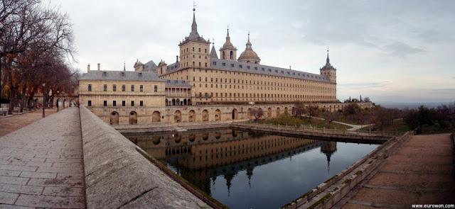 Panorámica del Monasterio de El Escorial con el estanque