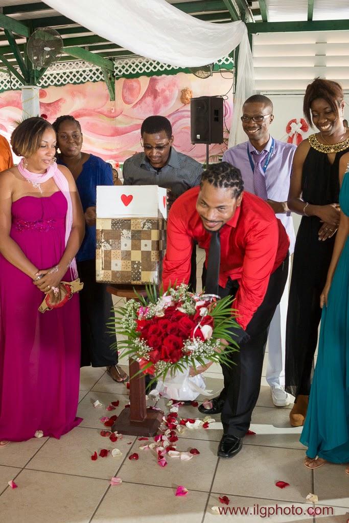 spectacle des amis et de la famille offert aux mariés