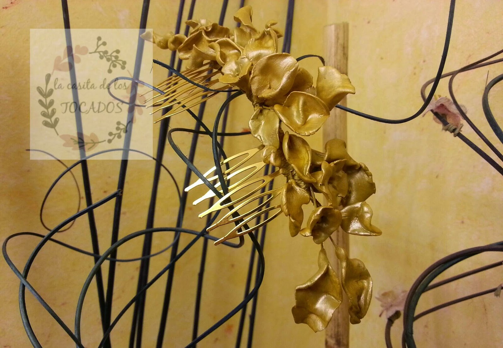 peineta artesanal para novia en porcelana fría pintada en oro mostaza