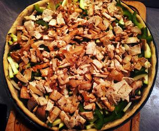 la pizza végétalienne avant la fin de sa cuisson (les légumes sont crus!)