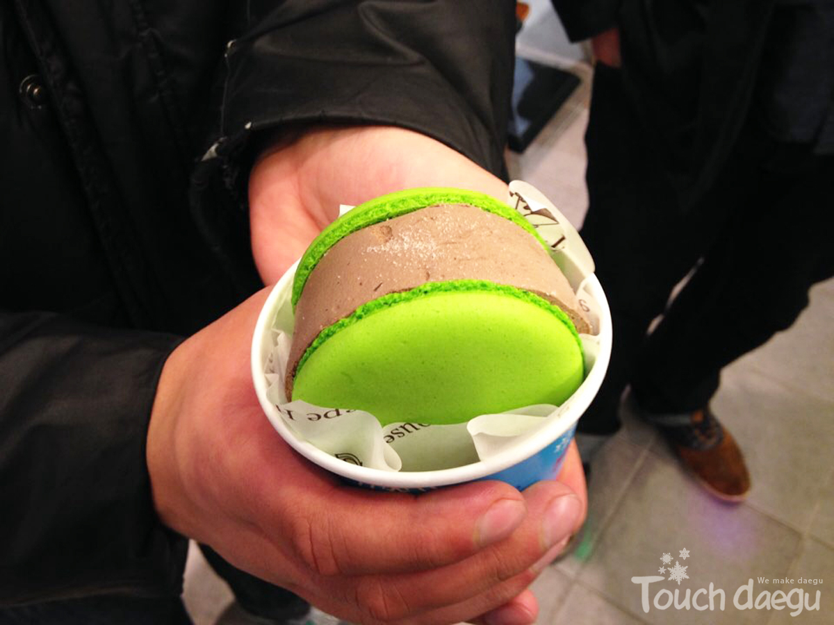 Green macaron sanded chocolate icecream