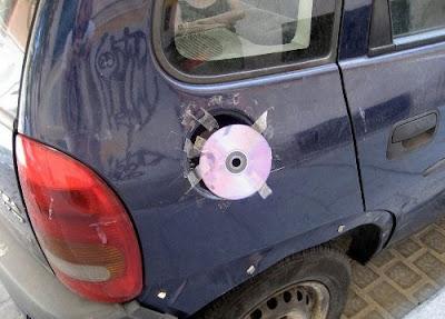 Drôle: un CD pour remplacer le bouchon d'essence. Ensemble, disons non au bricolage trash!