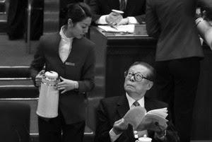 (上图)老态的江泽民在中共十七大主席台上,色迷迷地仰头紧盯着年轻貌美的女服务员