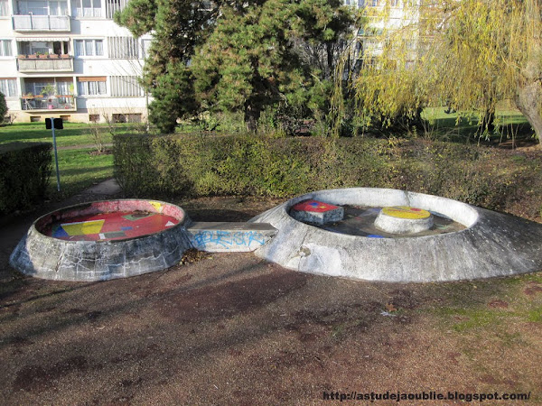 L'Haÿ-les-Roses - Groupes Terre et Famille, Sculptures Jeux d'enfants  Création: Pierre Szekely  Construction: 1958.