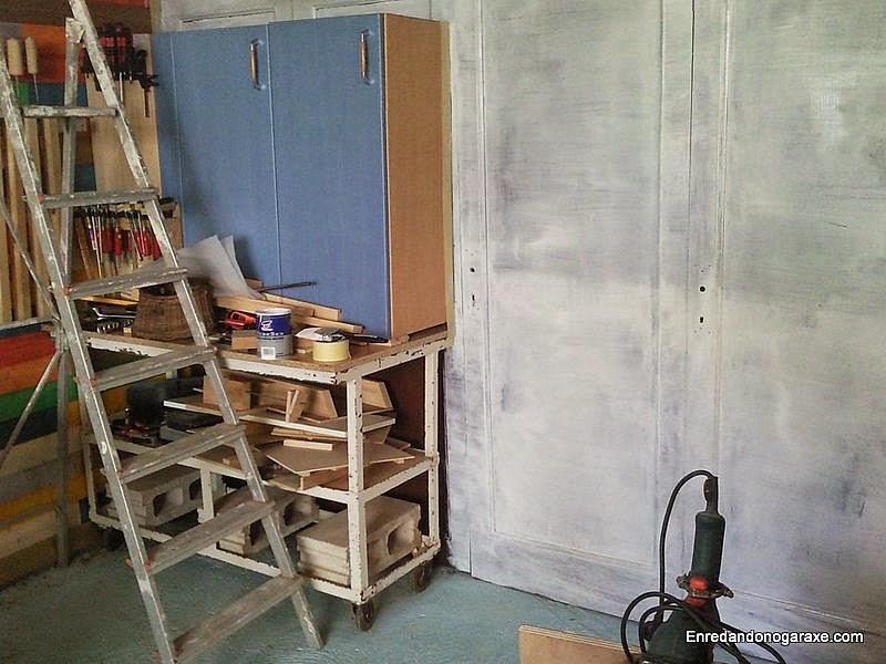Pared con una mano de pintura blanca diluida. www.enredandonogaraxe.com