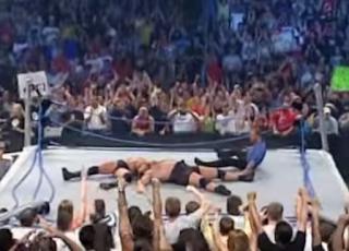 brock lesnar aplica suplex a Big Show y el cuadrilatero cae