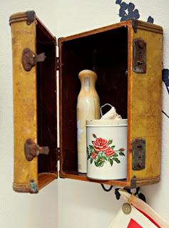 http://www.manualidadesblog.com/haz-un-estante-con-un-maletin-en-desuso/