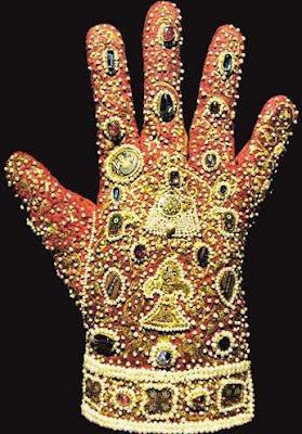 Guante imperial realizado en piel con inserciones de oro, perlas y piedras preciosas. Realizado en Palermo en 1220. Se conserva en la Cámara del Tesoro de Viena