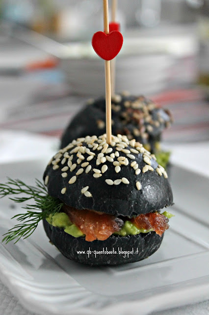 www.qb-quantobasta.blogspot.it: Mii burger al carbone vegetale con salmone marinato