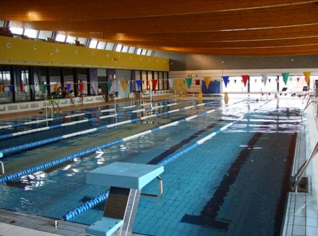 Daimiel diario tirarse a la piscina climatizada for Tirarse a la piscina