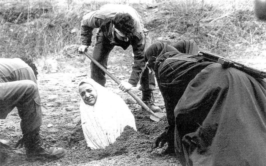 Prolegómenos de una lapidación. Se entierra a la mujer hasta los hombros...
