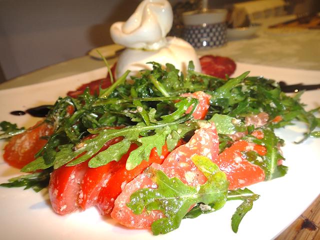 сыр буррата руккола салат салями черри итальянская кухня