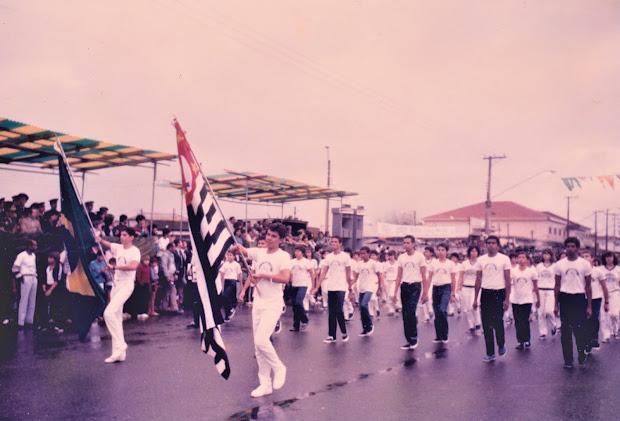 MARCELO GIL COM A BANDEIRA DO ESTADO DE SÃO PAULO, NO DESFILE DA INDEPENDÊNCIA DO BRASIL, EM 1985