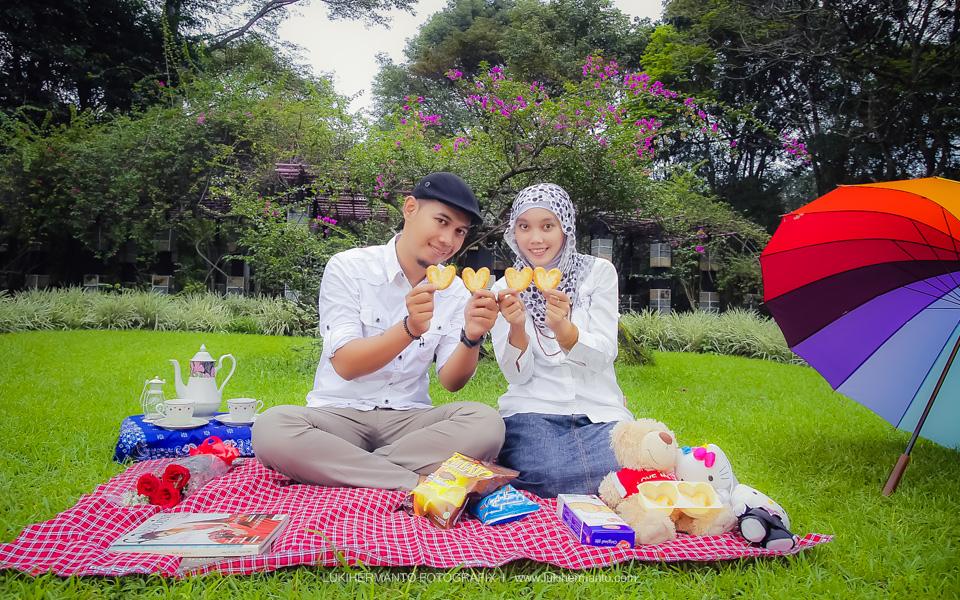 Foto prewedding piknik berjilbab