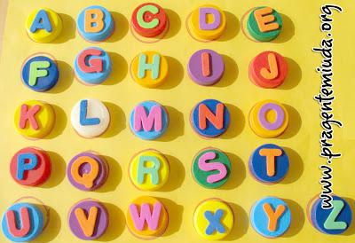 alfabeto com feito com tampinhas pet e eva para alfabetizar