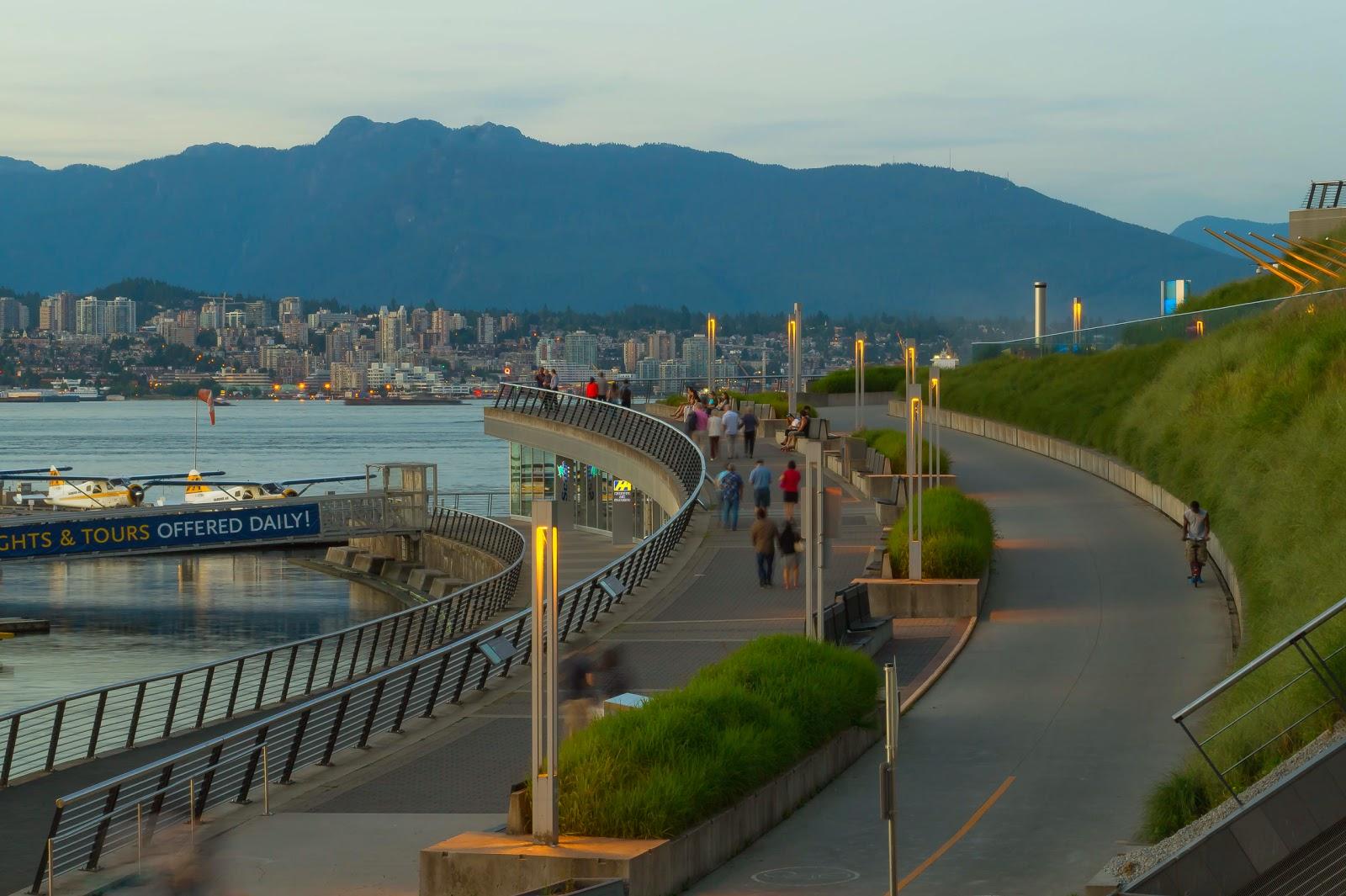 Далее от Конференц-центра спускаемся к набережной. На другой стороне залива виднеются многоэтажки Северного Ванкувера.