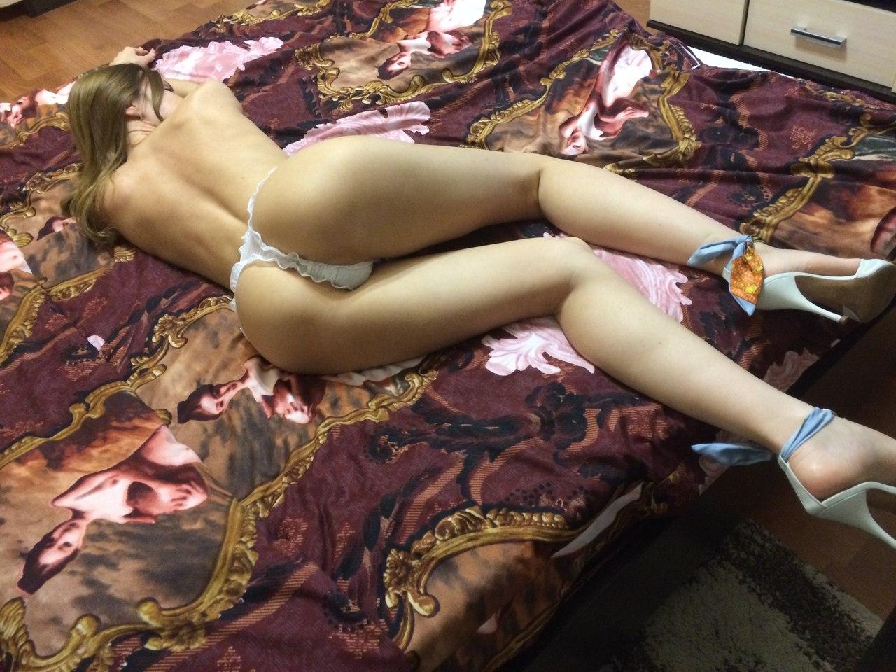 Фото голая брюнетка в чулках мини юбке и стрингах с большой силиконовой грудью 30 фотография