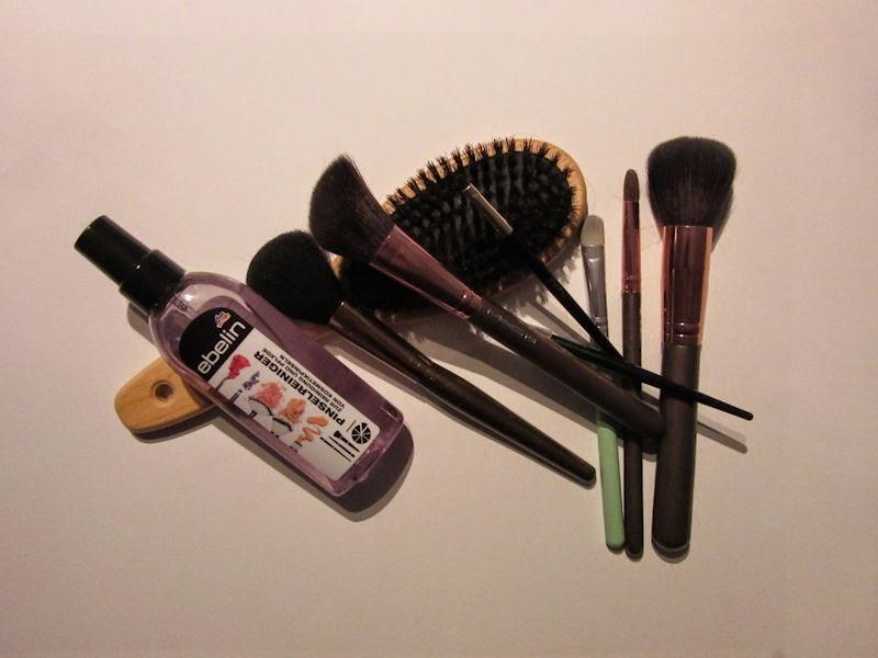 Ebelin: čistič štetcov a kefa na vlasy