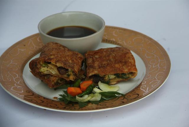 Martabak Telor Orins merupakan martabak paling enak di Jakarta karena menggunakan telur bebek maupun potongan daging.