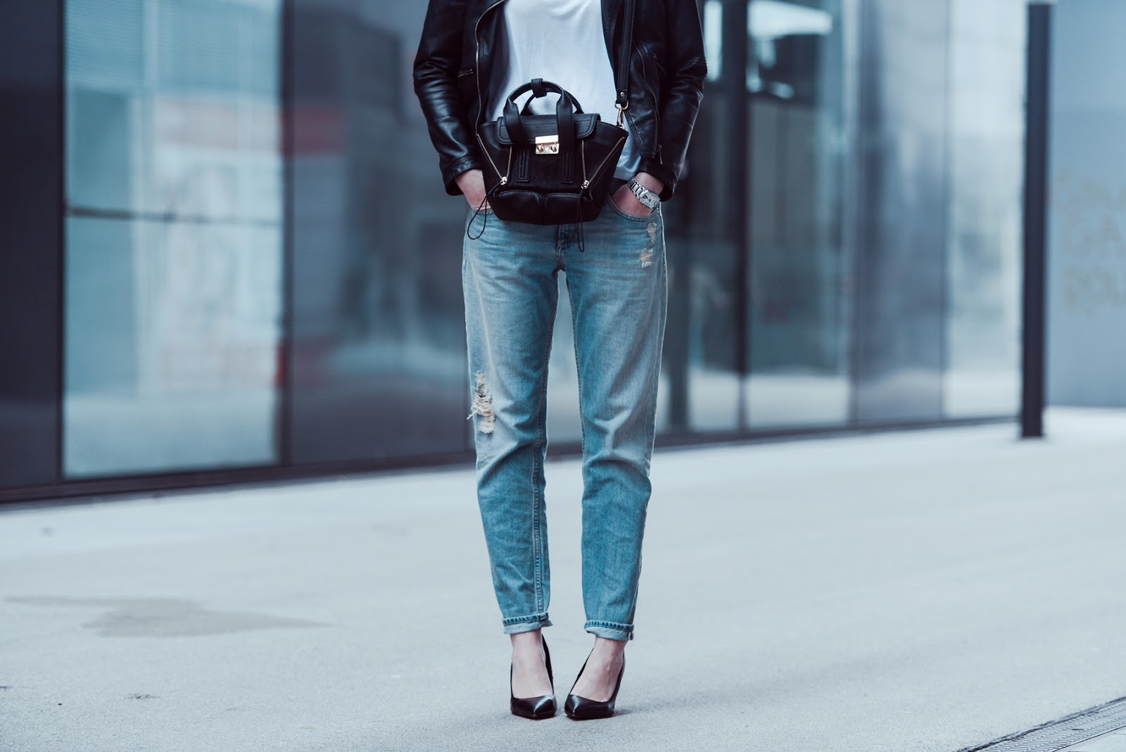 boyfriend jeans light wash hm, leather jacket, white basic t shirt outfit, style blogger, fashion blog