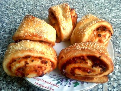 Sonkás pizzás csiga, sós sütemény, szezámmaggal, füstölt sajttal valamint füstölt hússal és vöröshagymával vagy lilahagymával.