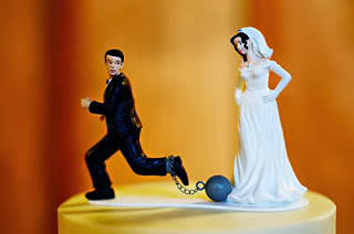 Gnvision - Bolos de casamento engraçados e criativos - Noivo preso