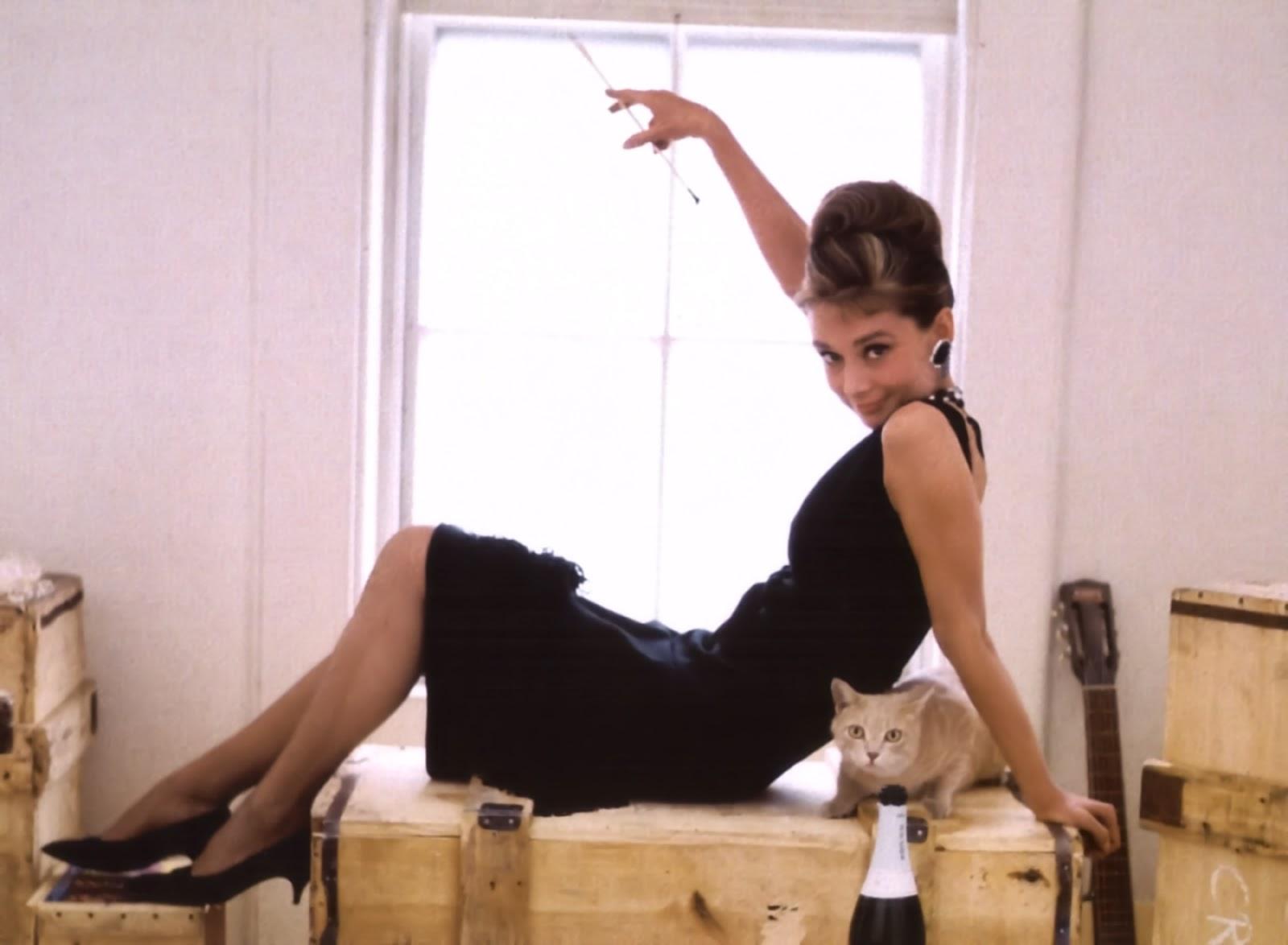 http://3.bp.blogspot.com/-myK_0KfexBQ/T6Z9LsA3sII/AAAAAAAACYo/dSSbCJ-Kn4Y/s1600/breakfast+at+tiffanys+Hepburn,+Audrey.jpg