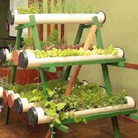 ... , un jardín interior hecho con piezas de madera y tubos reciclados