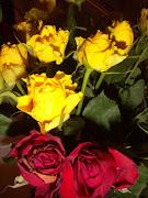 Un mazzo di rose gialle e rosse e un mazzo di fiori rosafucsiaviola . (fiori )