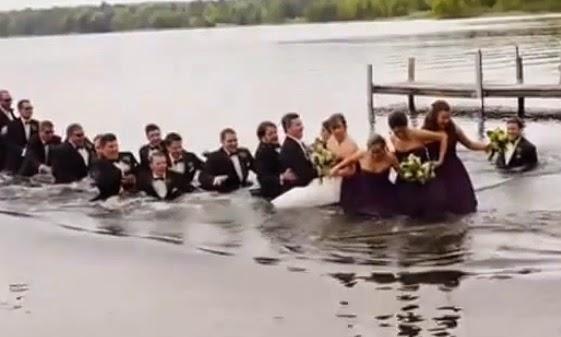 novios e invitados caen al agua