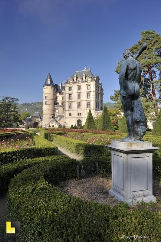 la statue d'hercule face au château de vizille photo blachier pascal