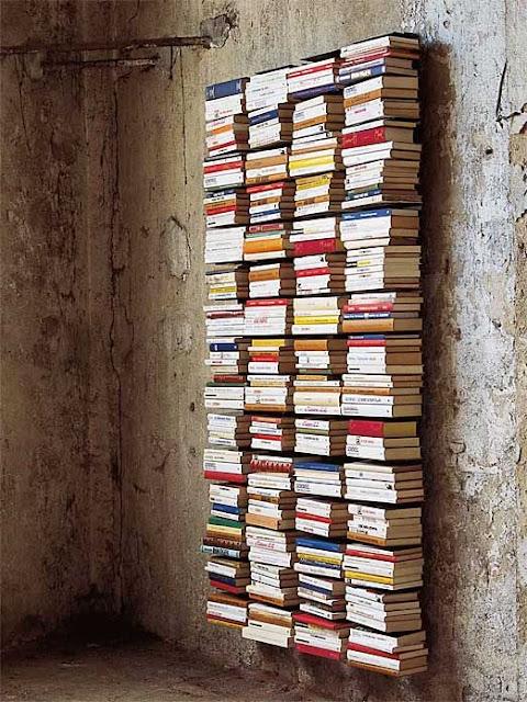 Estanterías invisibles llenas de libros